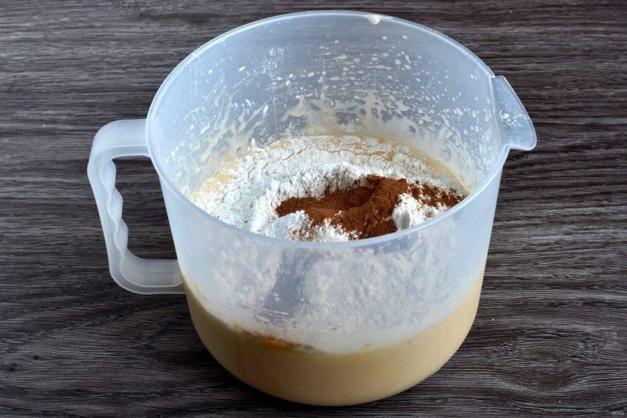 Всыпьте просеянную с солью и разрыхлителем муку, добавьте корицу и апельсиновую цедру. Перемешайте тесто лопаткой.