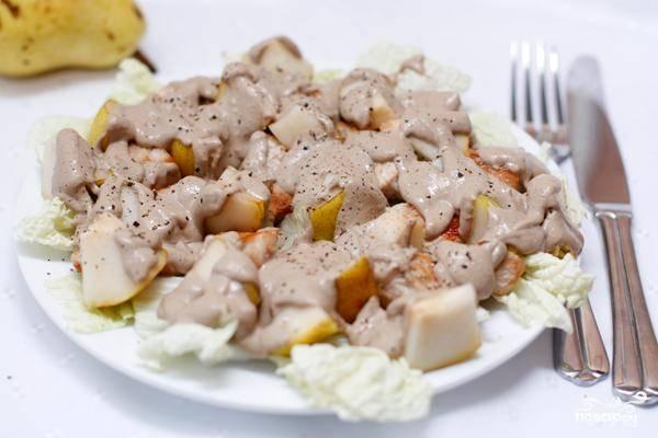 Выливаем получившийся соус на салат. Не перемешивая, подаем к столу. Перемешивает пусть каждый уже в собственной тарелке. Готово!