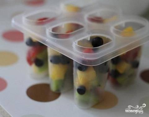 3.Приготовленные фрукты и ягоды  засыпьте в стаканчики на одну треть.