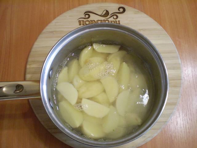 3. Залейте картофель в кастрюле, посолите и варите 15 минут до готовности.