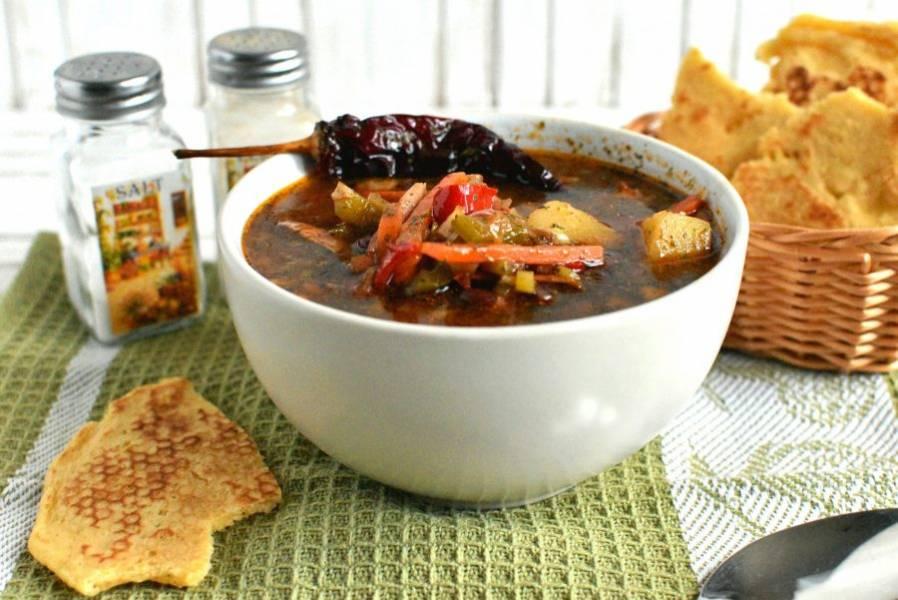 Подавайте суп горячим. Вкусно подавать к супу кукурузные лепешки.