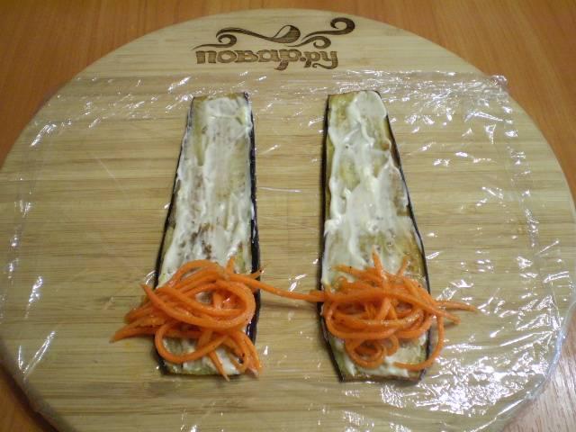 """""""Листочки"""" баклажанов смажьте чесночным майонезом, на край положите морковь по-корейски."""