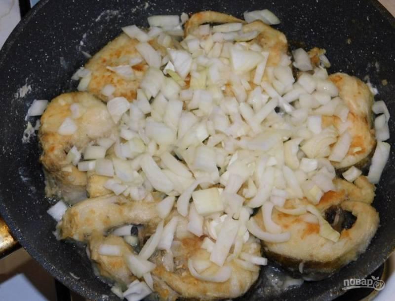 Добавьте лук к рыбе и обжарьте все вместе 2-3 минуты.