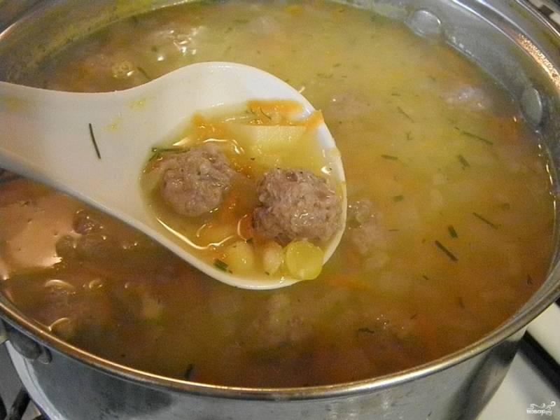 Перед тем как выключить готовый суп, добавьте мелко рубленную зелень. Суп готов!