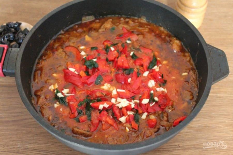 Добавляем болгарский перец, острый перец и немного зелени: кинзы или петрушки. Чеснок режем мелко и высыпаем в солянку.  Продолжаем тушить на малом огне до готовности.
