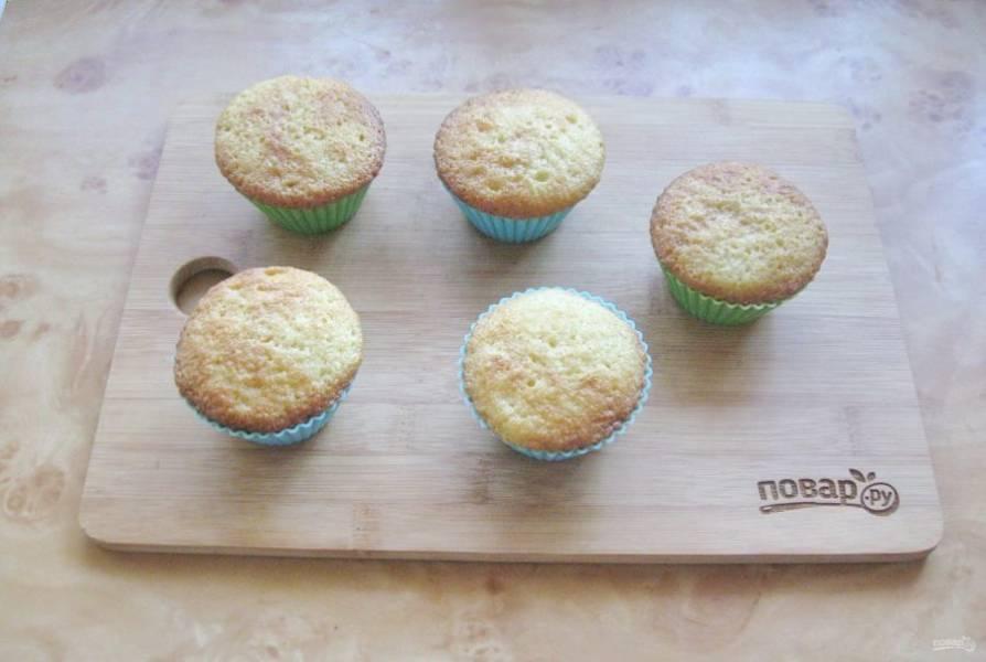 Выпекайте кексы в духовке, разогретой до 175-180 градусов, 35-40 минут. Готовность проверьте деревянной палочкой. При накалывании она должна выходить сухой.