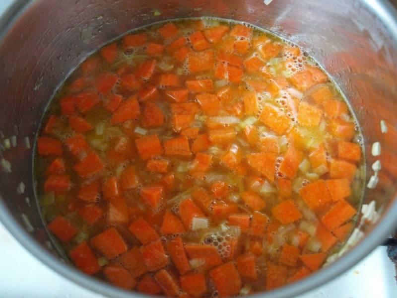 Процеживаем бульон и соединяем с обжаренными овощами. Варим до готовности морковки.
