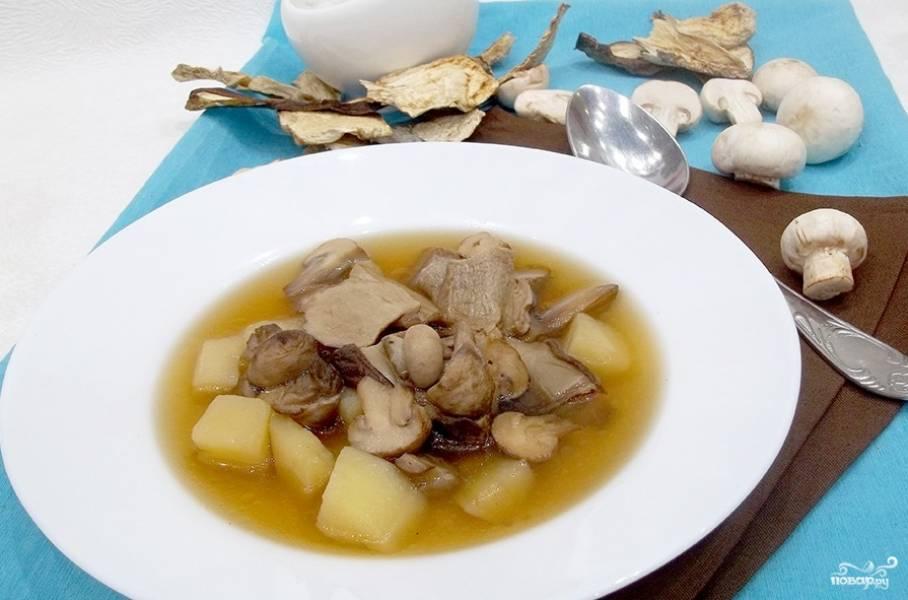 Добавьте соль, перец и чеснок, пропущенный через пресс. Через 5 минут суп будет готов. Приятного аппетита!