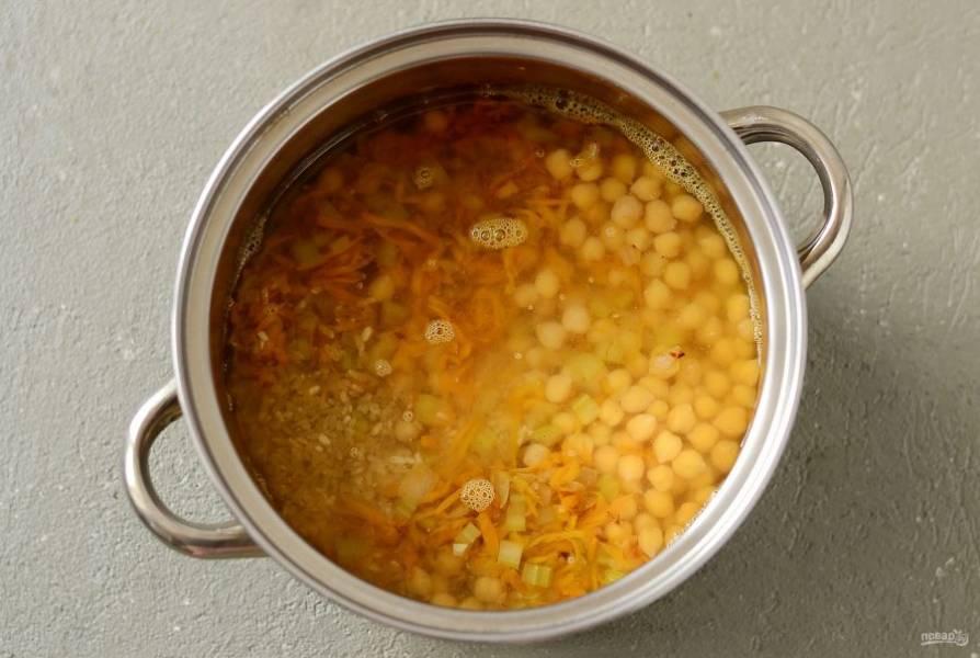 Влейте воду. Доведите до кипения, затем убавьте огонь и томите 30-35 минут, пока рис не станет готов.