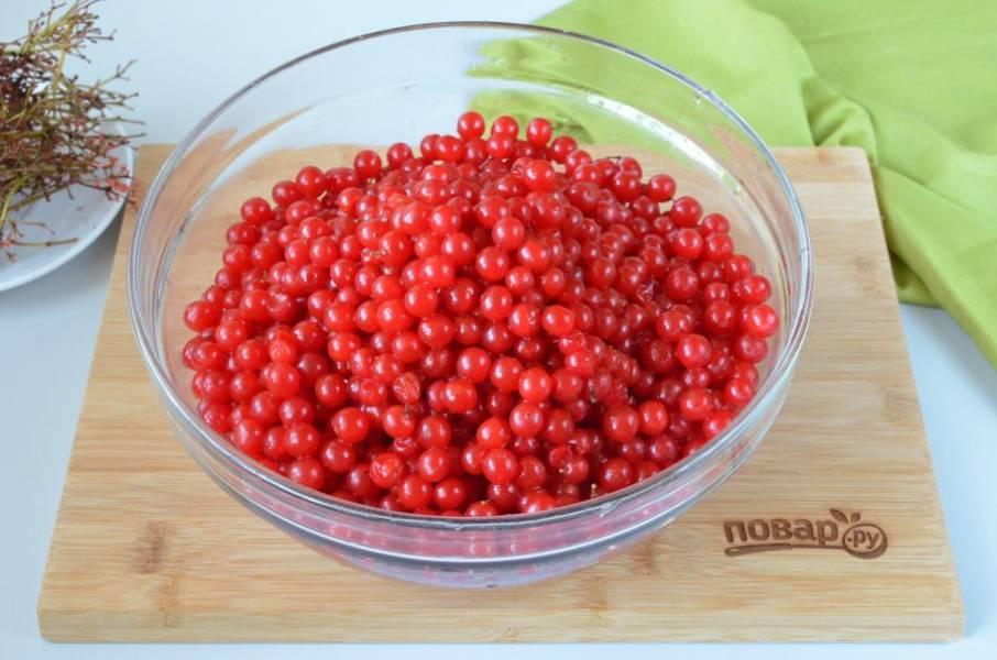 Отделите ягоды от веточек. Я взяла 1450 грамм калины, после удаления веточек и порченых ягодок у меня получилось ровно 1400 грамм.