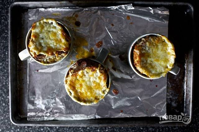 6. Запекайте суп около 15-20 минут, до образования хрустящей и румяной сырной корочки. После чуть остудите и сразу подавайте столу.