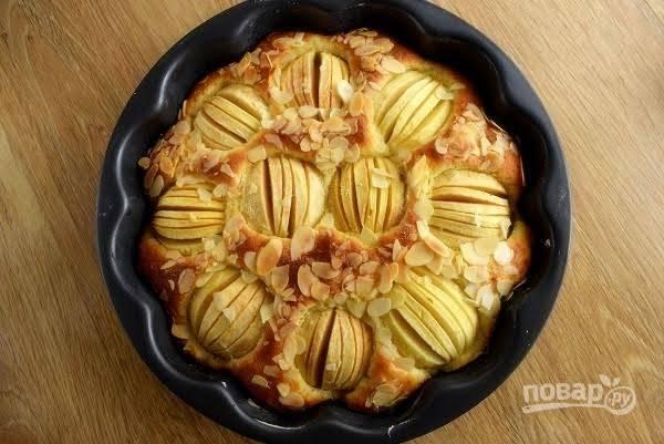 7.     Готовый пирог остудите немного в форме. Горячую форму для запекания можно поставить на влажное полотенце на несколько минут, тогда пирог без труда выскочит из нее.