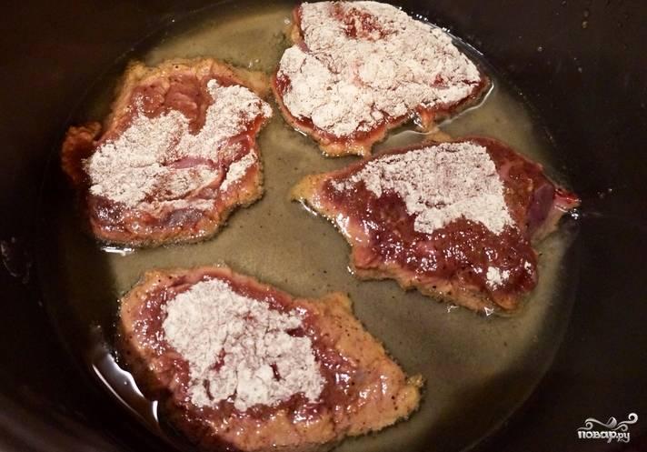 Обваляйте печень в муке с перцем. Обжаривайте в мультиварке или на сковороде по 3 минуты с каждой стороны. Обжаренную печень переложите на тарелку.