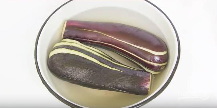 В воде разведите соль. Опустите в соляной раствор баклажаны на полчаса. Так мы избавимся от горечи.