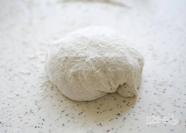 2. Выложите тесто на рабочий стол и вымесите как следует (минуты 3-4) до однородности. Параллельно до 200 градусов разогревайте духовку.