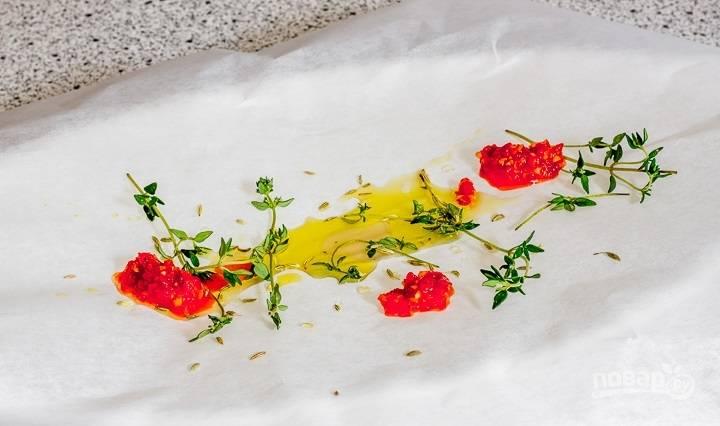 8. Лист пергамента сбрызните ложной растительного масла, добавьте веточки тимьяна, немного острого соуса по желанию.
