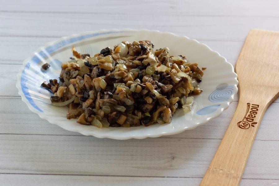 Лук и чеснок очистите, помойте и измельчите. Грибы также помойте и порубите. В небольшом количестве масла обжарьте лук, затем добавьте грибы и чеснок. Обжарьте в течение 3-4 минут, посолите по вкусу.