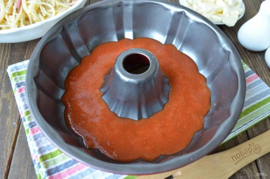 Томатный соус налейте в форму для выпечки.