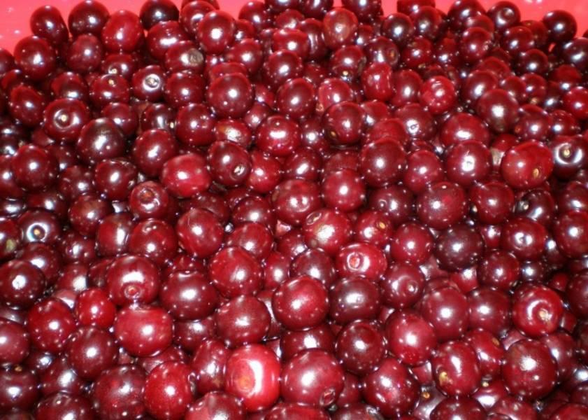 Для начала мы перебираем ягоды, подгнившие и помятые выкидываем, а целые промываем под проточной водой и откидываем на дуршлаг, чтобы ягоды немного подсохли.