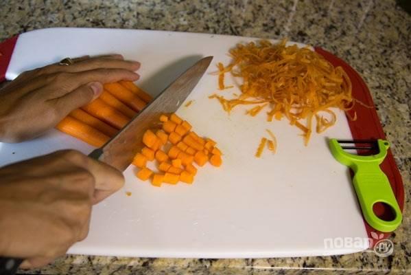 3. Измельчите очищенную морковь.
