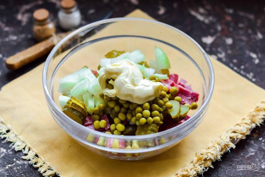 Заправьте салат майонезом, перемешайте и подавайте к столу.