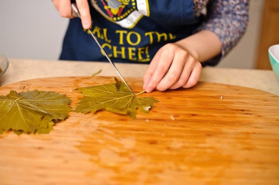 4. Займемся виноградными листьями. Желательно, чтобы они слегка подсохли перед приготовлением. Затем вырежьте твердые плодоножки.