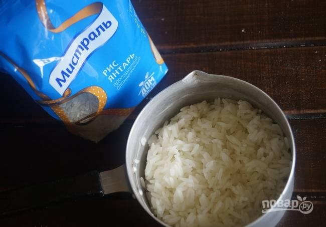 Отварите рис в кипящей подсоленной воде практически до готовности.
