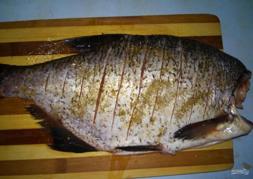 2.Смешиваю соль и черный молотый перец, натираю полученной смесью рыбку с двух сторон. Поливаю лимонным соком и убираю в сторону для маринования.