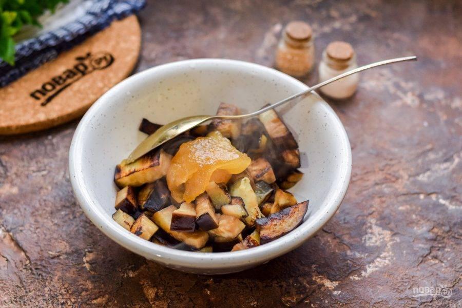 Горячие баклажаны переложите в миску, добавьте уксус и мед.