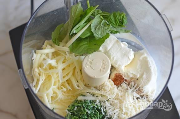 4. Теперь сделайте соус. Половину пармезана и полутвёрдого сыра натрите в блендер, добавьте шпинат, базилик, соль, рикотту и перец.