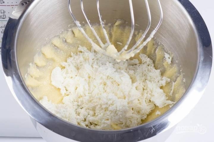 2.Творог обязательно перетираю через сито и добавляю в чашу к маслу и сахару, перемешиваю.
