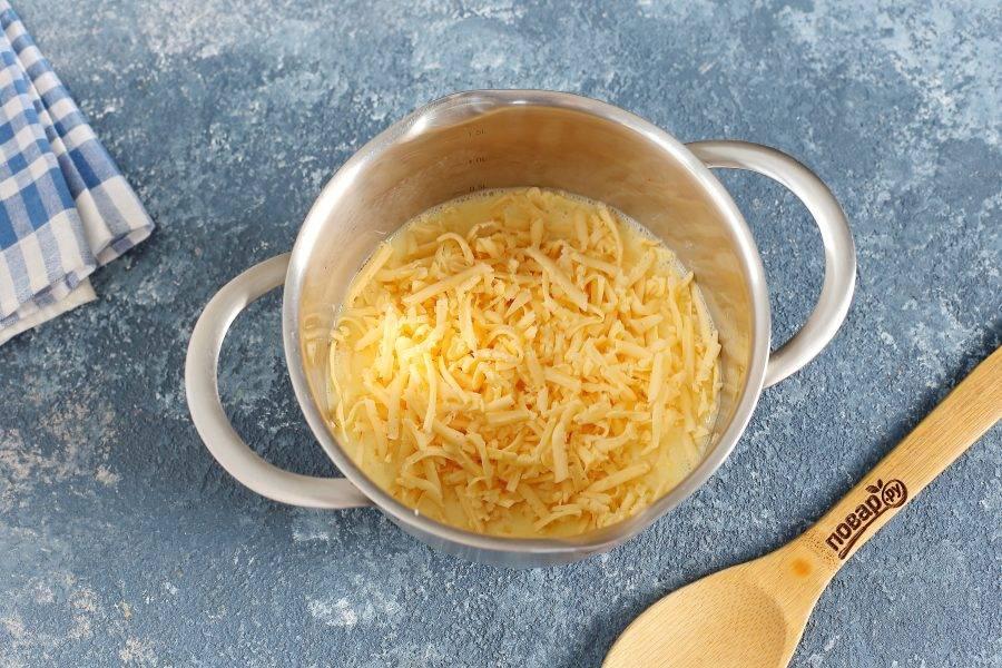 Добавьте тертый на крупной терке любой твердый сыр.
