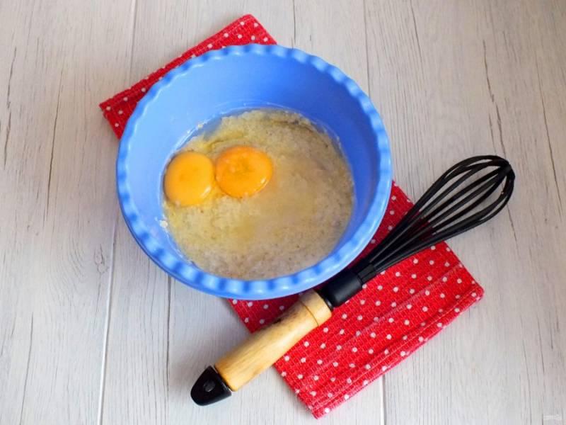 Через полчаса в чашу с набухшей овсянкой добавьте яйца, соль, сахар, соду и растительное масло.