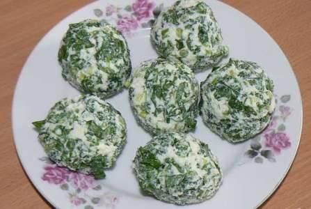 Смешайте черемшу и сыр. Посолите и поперчите по вкусу. Сформируйте из получившейся смеси шарики.