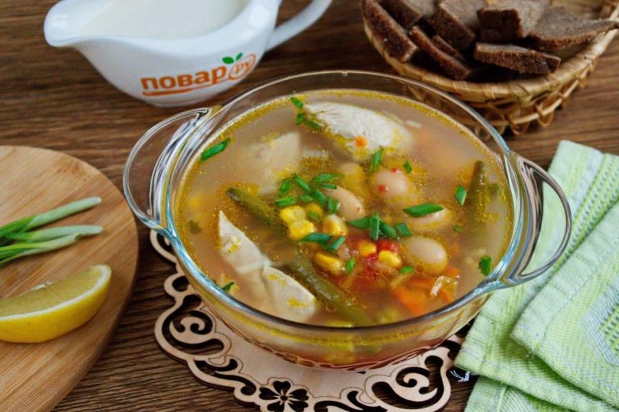 Суп подавайте с куриным мясом, зеленым луком и долькой лимона. Приятного аппетита!