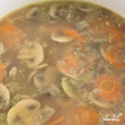 Как только суп закипит - сбавляем огонь практически до минимума, накрываем кастрюлю крышкой и томим суп 1 час. Каждые 15 минут открываем крышку, чтобы перемешать суп. Затем снимаем с огня и подаем к столу, посыпав свежей зеленью.