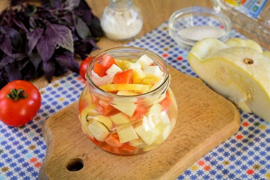 Наполните чистые банки овощным салатом вместе с соком.