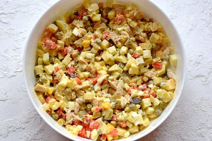 Смесь заправьте майонезом, присыпьте солью по вкусу, тщательно перемешайте. Охладите и пропитайте салат 30 минут в холодильнике.