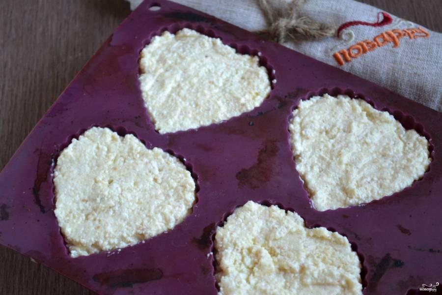 Выложите творожную массу в форму для запекания или формы для кексов. Я люблю делать творожную запеканку порционно, в виде небольших кексиков.