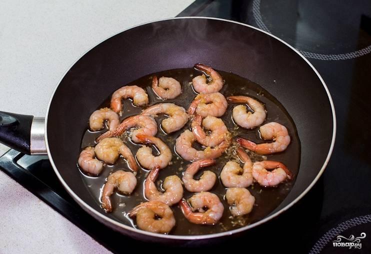 Быстро обжарить на раскаленной сковороде в небольшом количестве масла –  по 2 минутки с каждой стороны.
