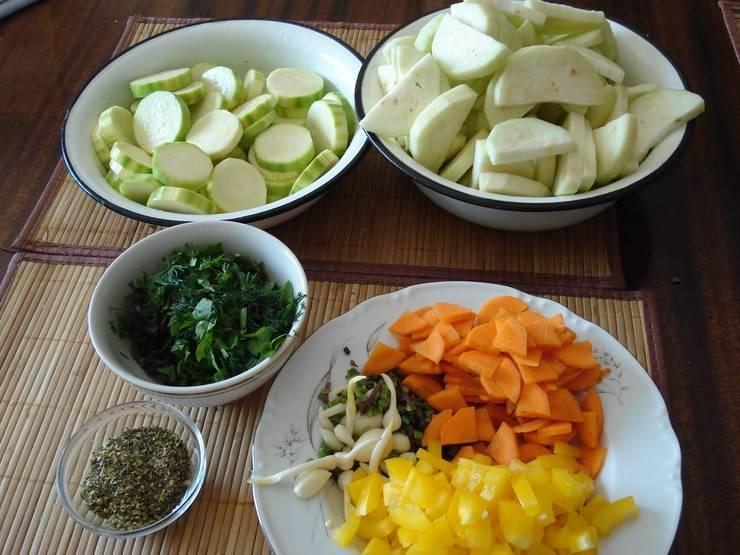 Овощи полукольцами порежьте, баклажаны лучше очистить. Зелень измельчите.