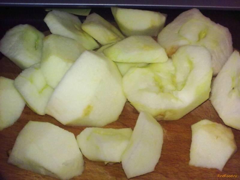 Лучше взять яблоки кисло-сладкие либо половину сладких и половину кислых. Если у вас только кислые яблоки, то добавьте сахара в два раза больше. Яблоки промойте, удалите косточки и подгнившие места. Чистить не надо.