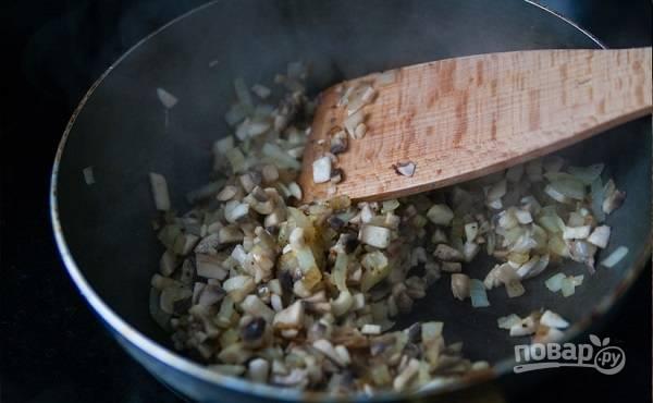 5. Выложите на сковороду лук, обжарьте его до легкого золотистого цвета. Добавьте грибочки. Посолите, поперчите и жарьте на среднем огне до готовности.