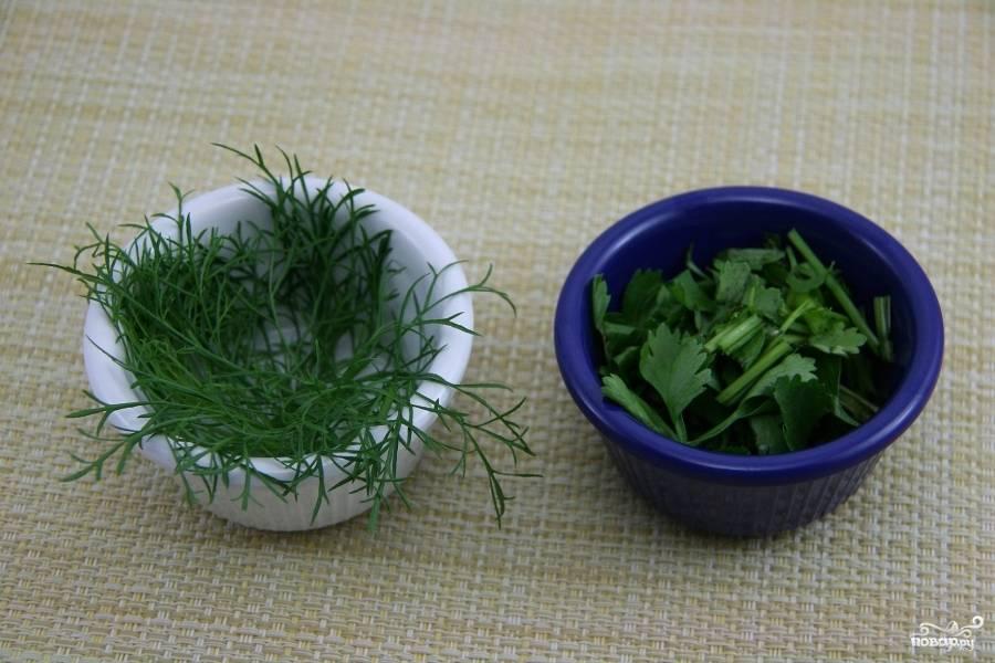 Мелко нарубите свежую зелень.