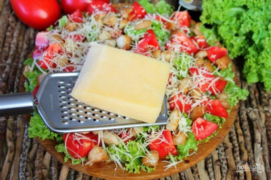 Поливаем салат растительным маслом и сбрызгиваем бальзамическим уксусом, солим по вкусу.  Сыр натираем на терке и посыпаем салат.