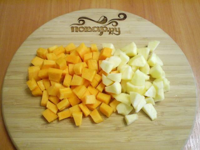 Подготовьте тыкву и яблоки. Все вымойте, очистите и порежьте кубиками.