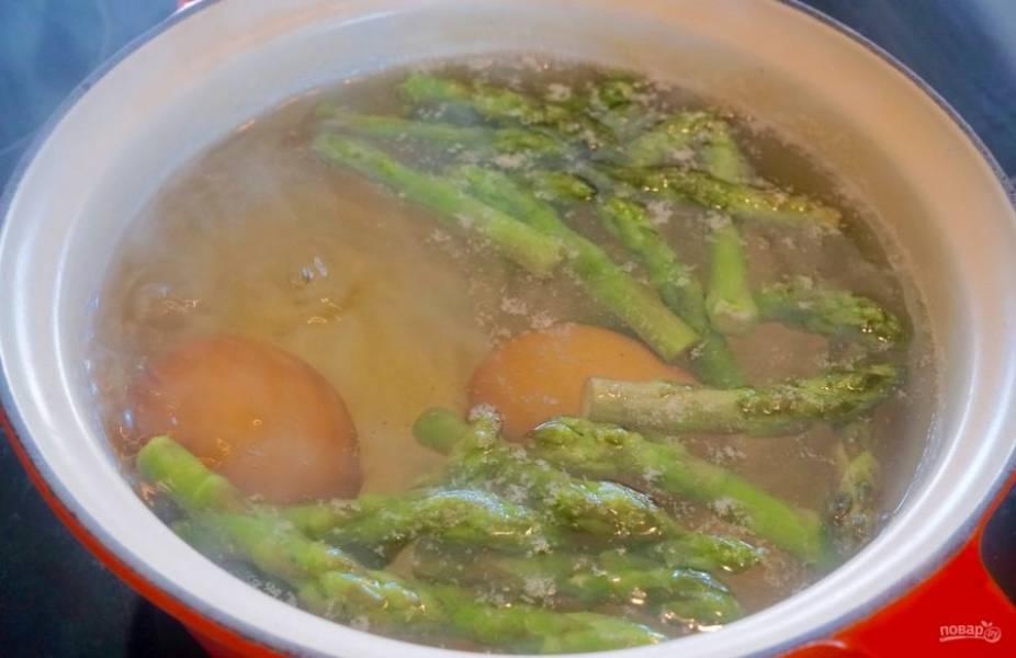 1. Отварите яйца со спаржей в течение 5 минут после закипания воды.