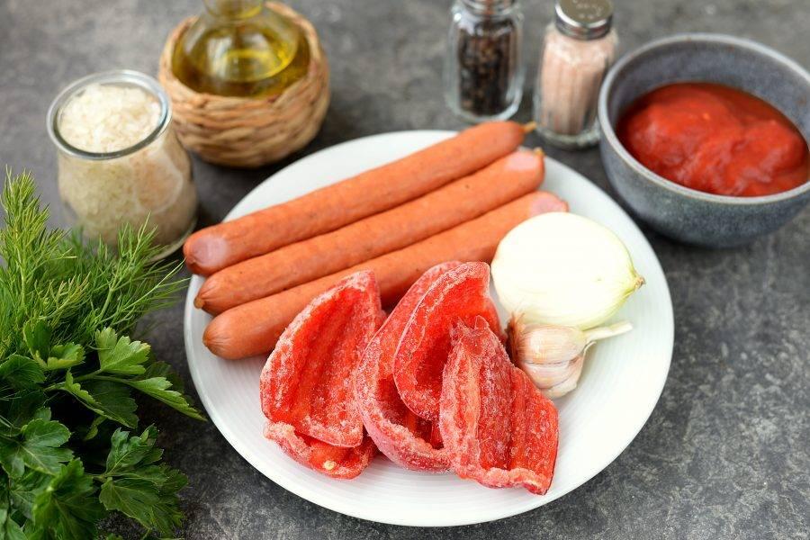 Подготовьте все необходимые ингредиенты. Колбаски для приготовления блюда понадобятся подкопченные или копченые. Лук, чеснок и перец почистите и помойте.