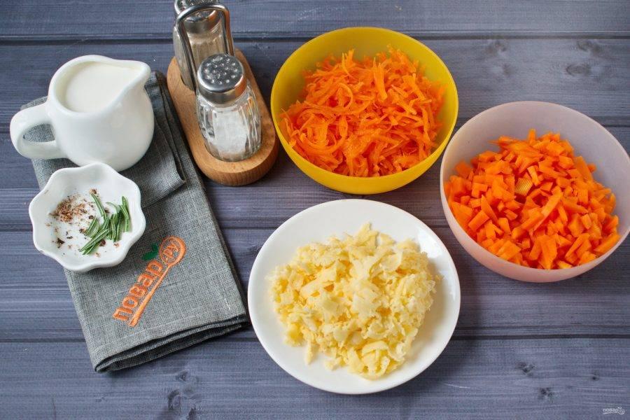 Половину очищенной тыквы нарежьте мелкими кубиками, сыр натрите на крупной терке. Половину тыкву натрите на мелкой терке.