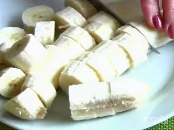 1. Очистите бананы от кожуры, нарежьте их кружочками.